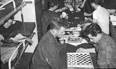 sous-mariniers jouant aux jeux de société