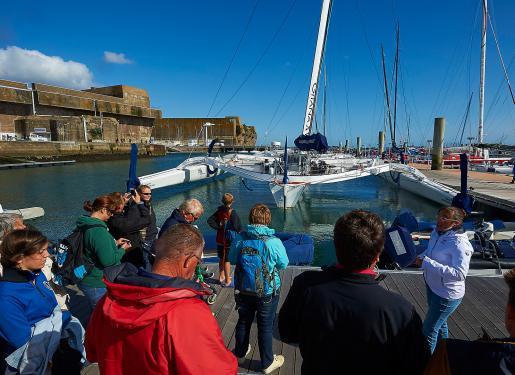 groupe visitant les pontons du pole course de lorient