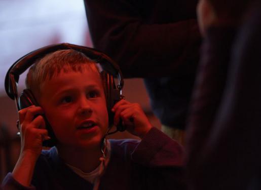un enfant avec un casque sur les oreilles au sous-marin flore