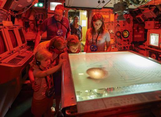 visiteurs à bord du sous-marin flore