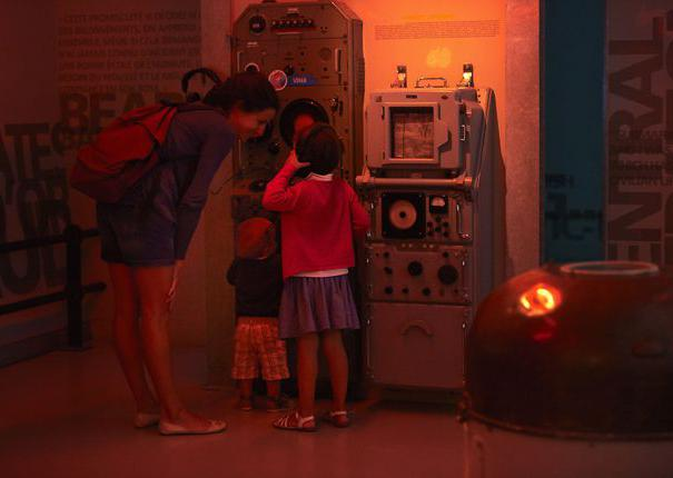une famille visitant le musée du sous-marin flore à lorient