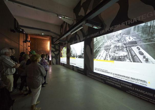 grands écrans dans le musée du sous-marin flore