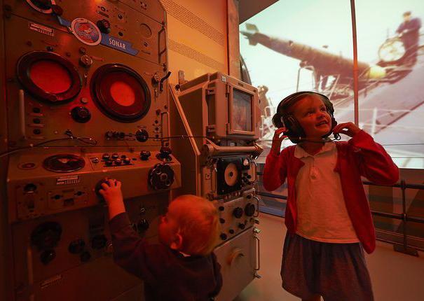 enfants dans le musée au sous marin flore