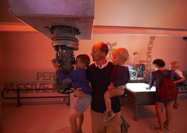 enfants regardant au périscope dans le musée du sous-marin flore