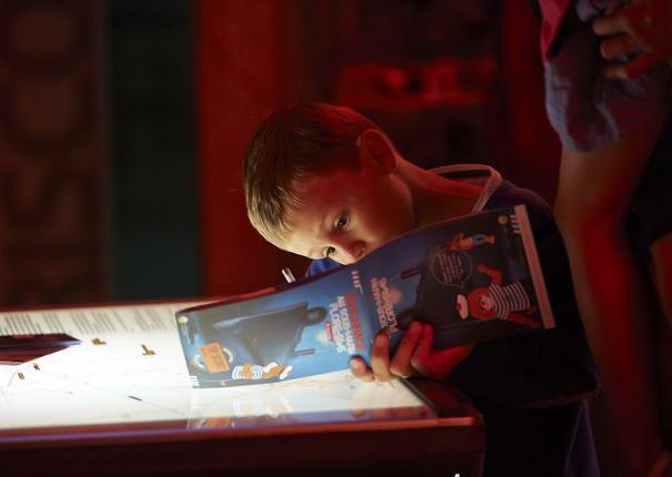 enfant avec livret de visite au sous-marin flore de lorient